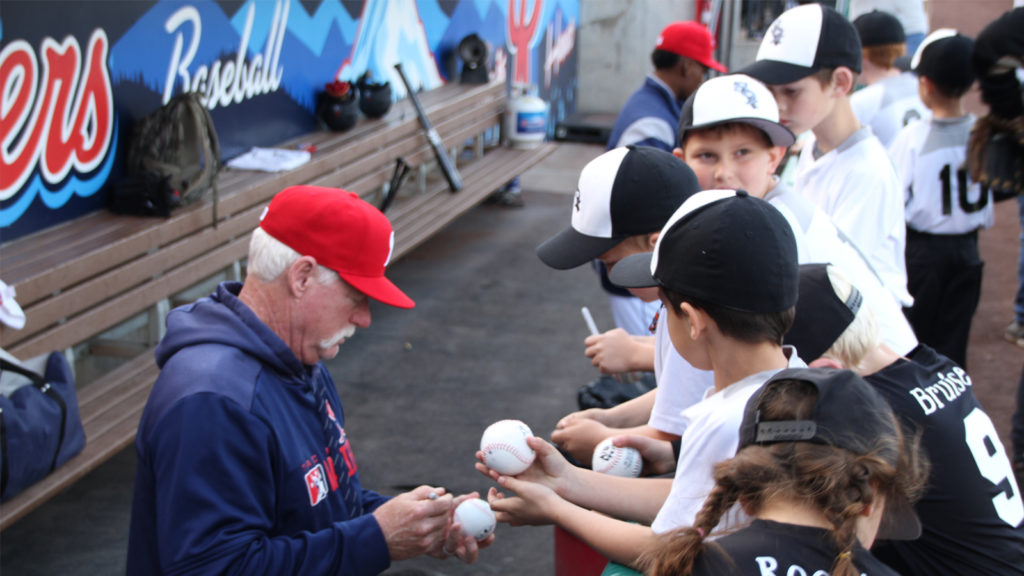Roy Howell Signing Autographs